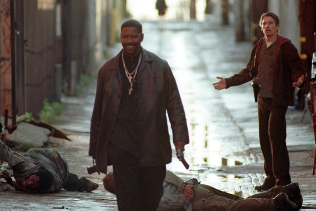 Training Day: Denzel Washington ed Ethan Hawke in una scena del film