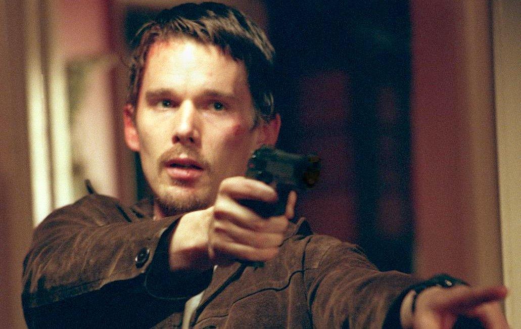 Training Day: Ethan Hawke con una pistola in mano in una scena del film