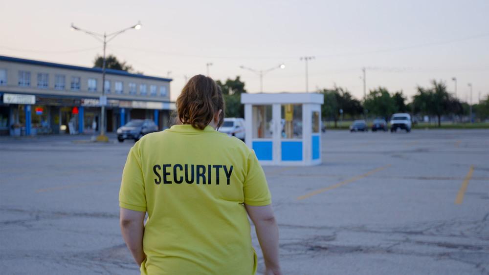 Wexford Plaza: Reid Asselstine di spalle in una scena del film