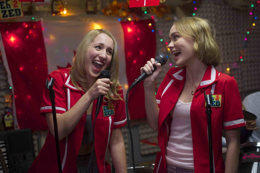 Yoga Hosers: Lily-Rose Melody Depp e Harley Quinn Smith in un'immagine tratta dal film