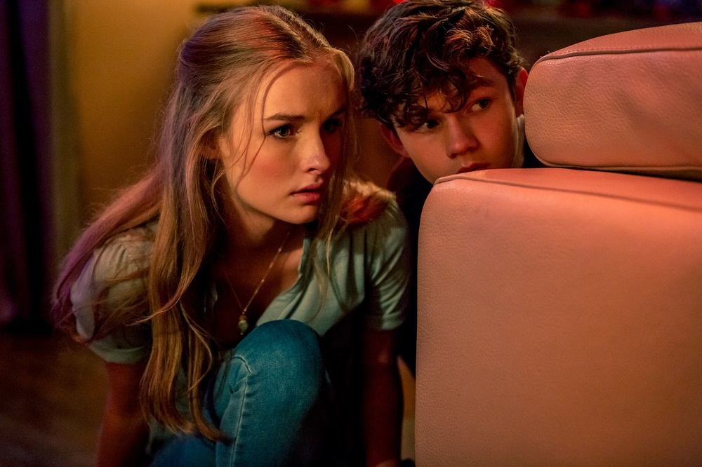 Safe Neighborhood: Levi Miller e Olivia DeJonge in una scena del film