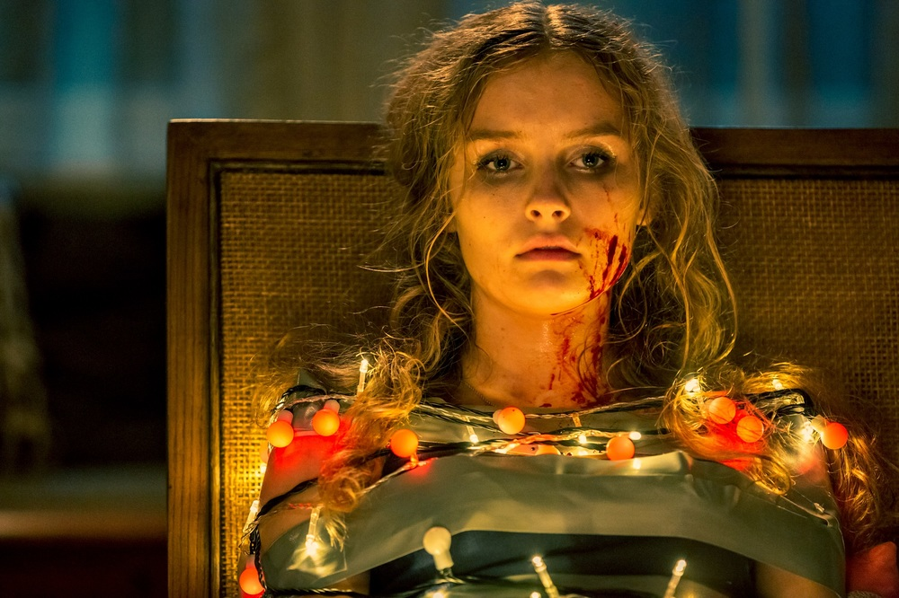Safe Neighborhood: Olivia DeJonge in una scena del film