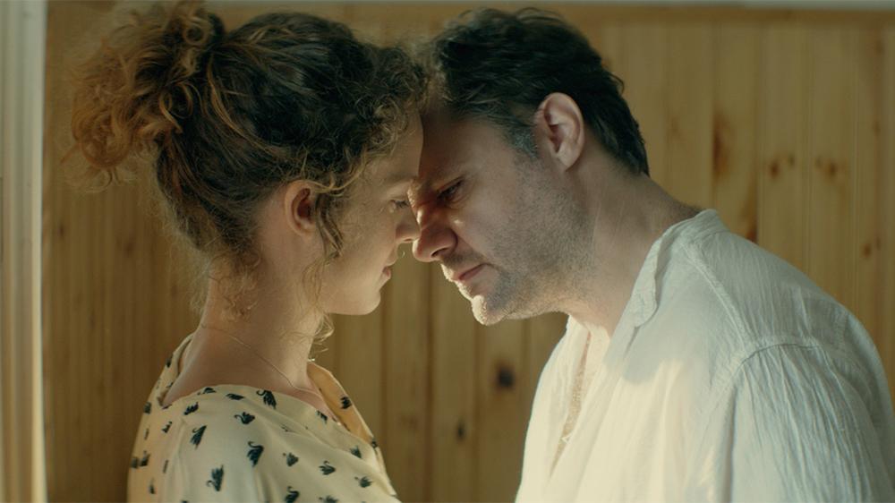 Suntan: Efthymis Papadimitriou ed Elli Tringou in un momento del film