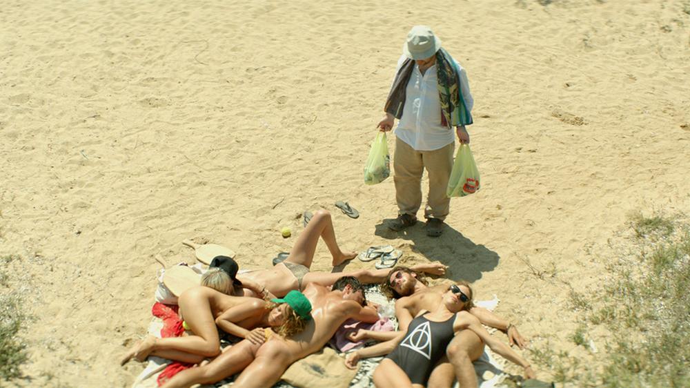 Suntan: Efthymis Papadimitriou in una scena del film