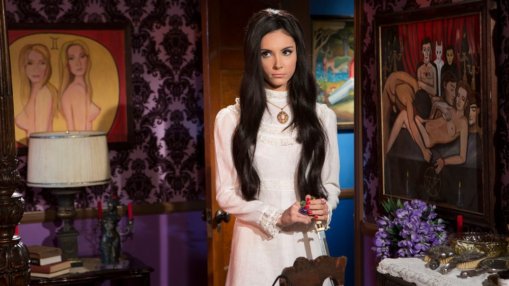 The Love Witch: una sensuale Samantha Robinson in un momento del film
