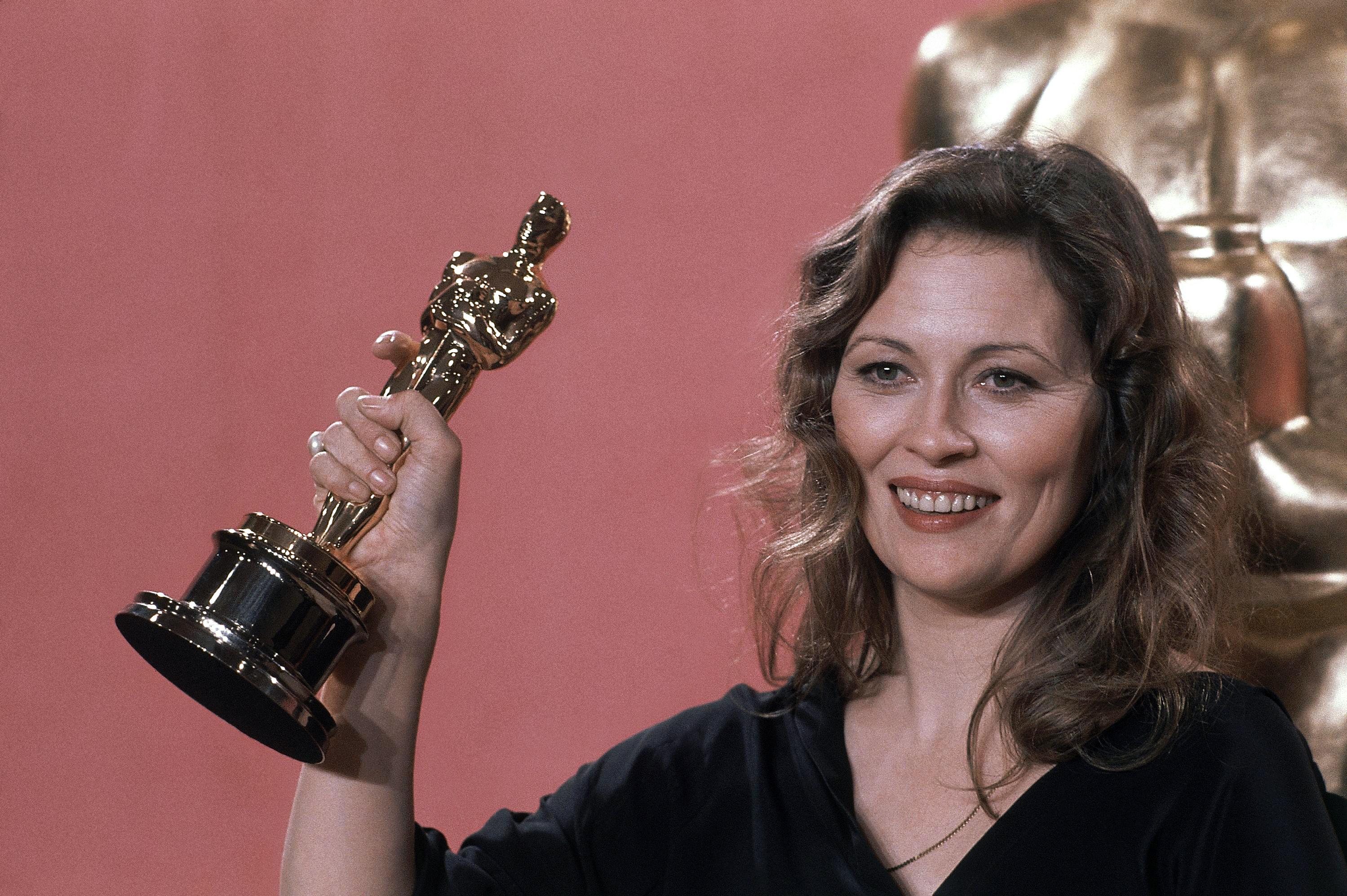 Quinto Potere: Faye Dunaway stringe l'Oscar vinto per Miglior Attrice protagonista