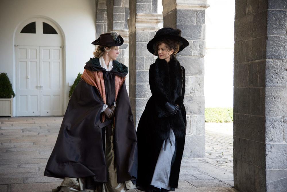 Amore e inganni: Kate Beckinsale e Chloë Sevigny in una scena del film
