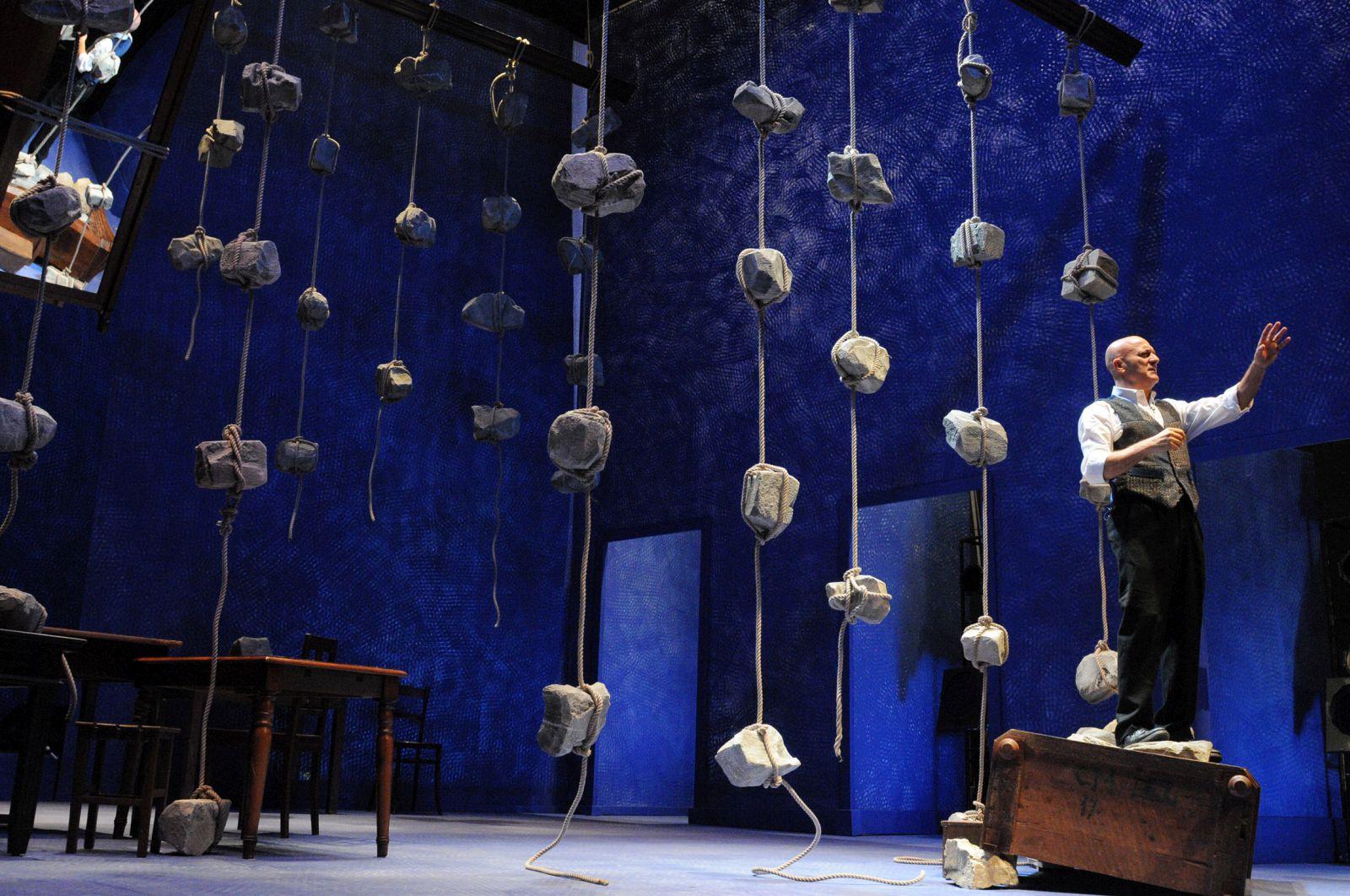 Father and Son: Claudio Bisio in una suggestiva immagine tratta dallo spettacolo teatrale