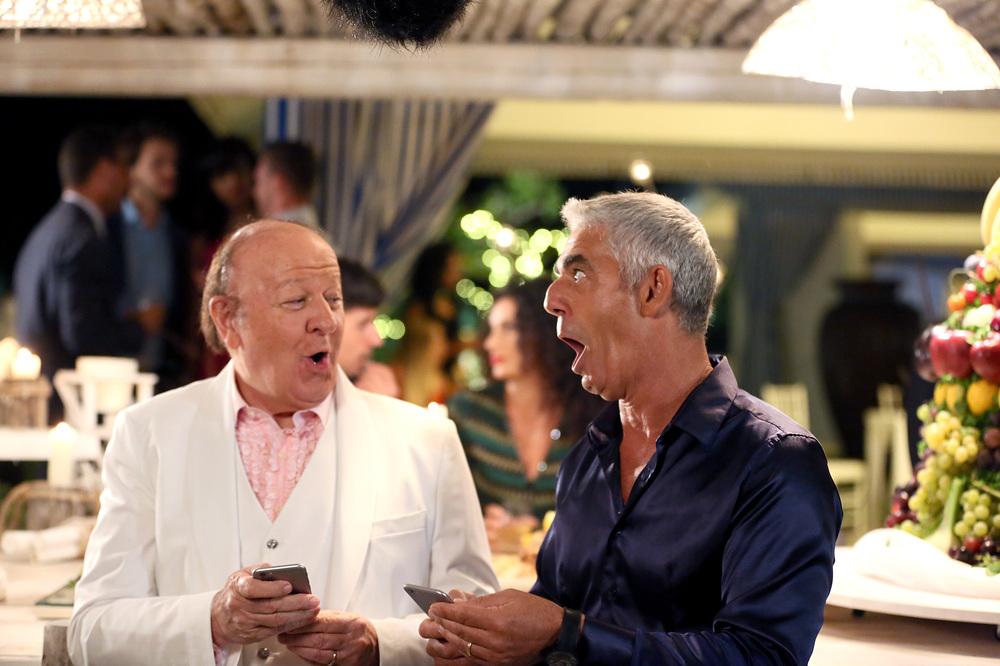 Un Natale al Sud: Massimo Boldi e Biagio Izzo in una scena del film