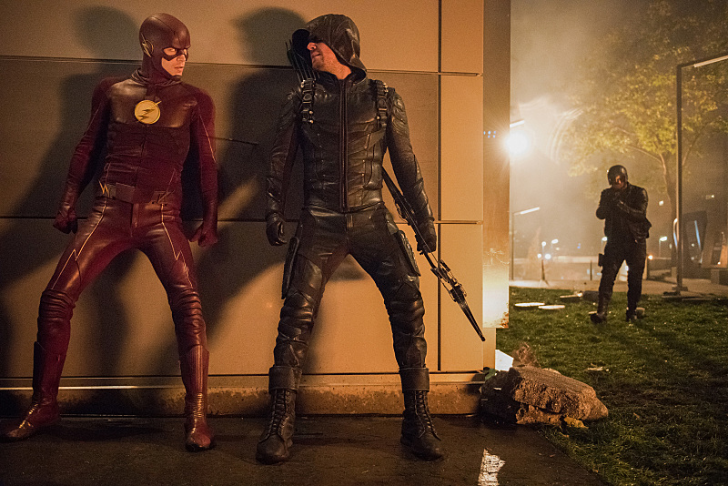The Flash: Grant Gustin e Stephen Amell in Invasion!