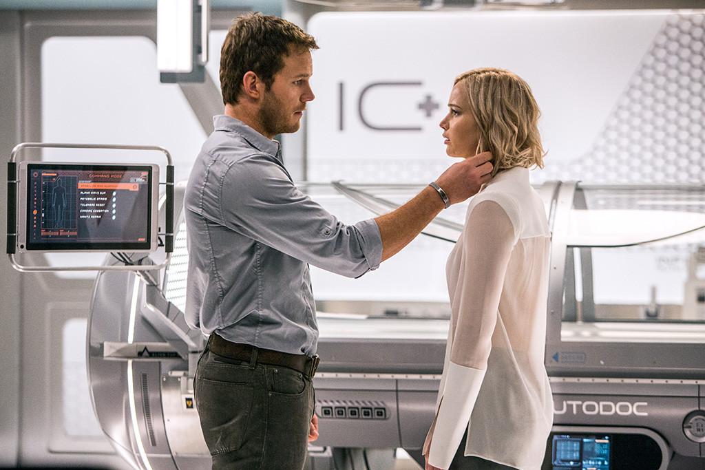 Passengers: Jennifer Lawrence e Chris Pratt in una scena