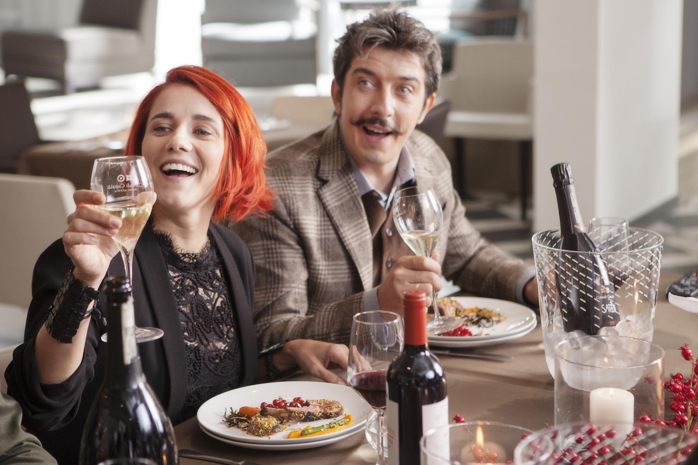 Natale a Londra - Dio salvi la Regina: Eleonora Giovanardi e Paolo Ruffini in una scena del film