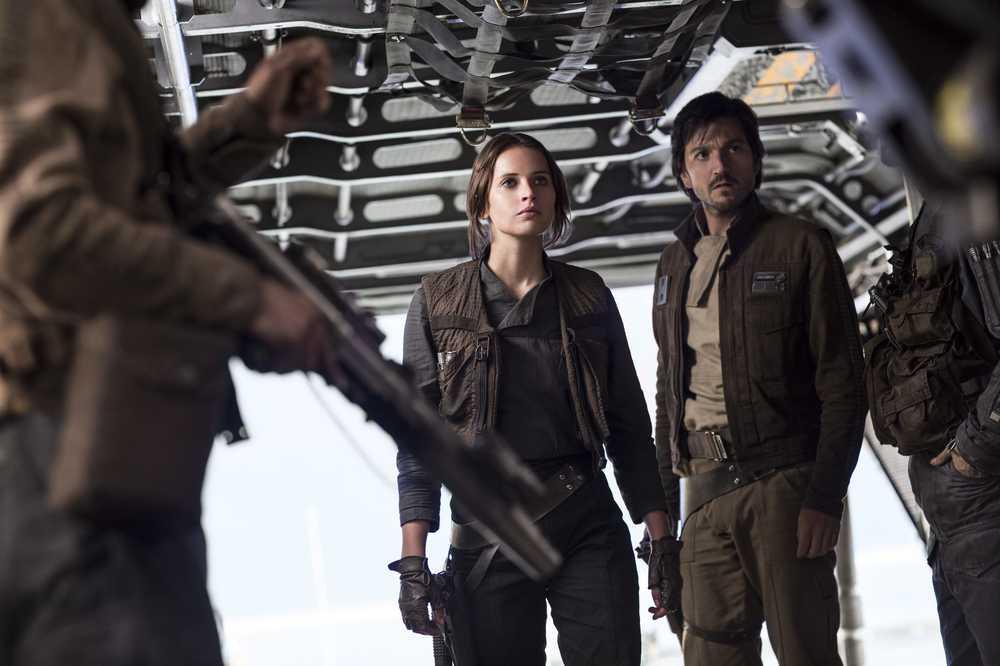 Rogue One: una foto della protagonista Felicity Jones accanto a Diego Luna