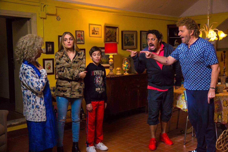 Poveri ma ricchi: Brignano e De Sica si confrontano con Anna Mazzamauro in una scena