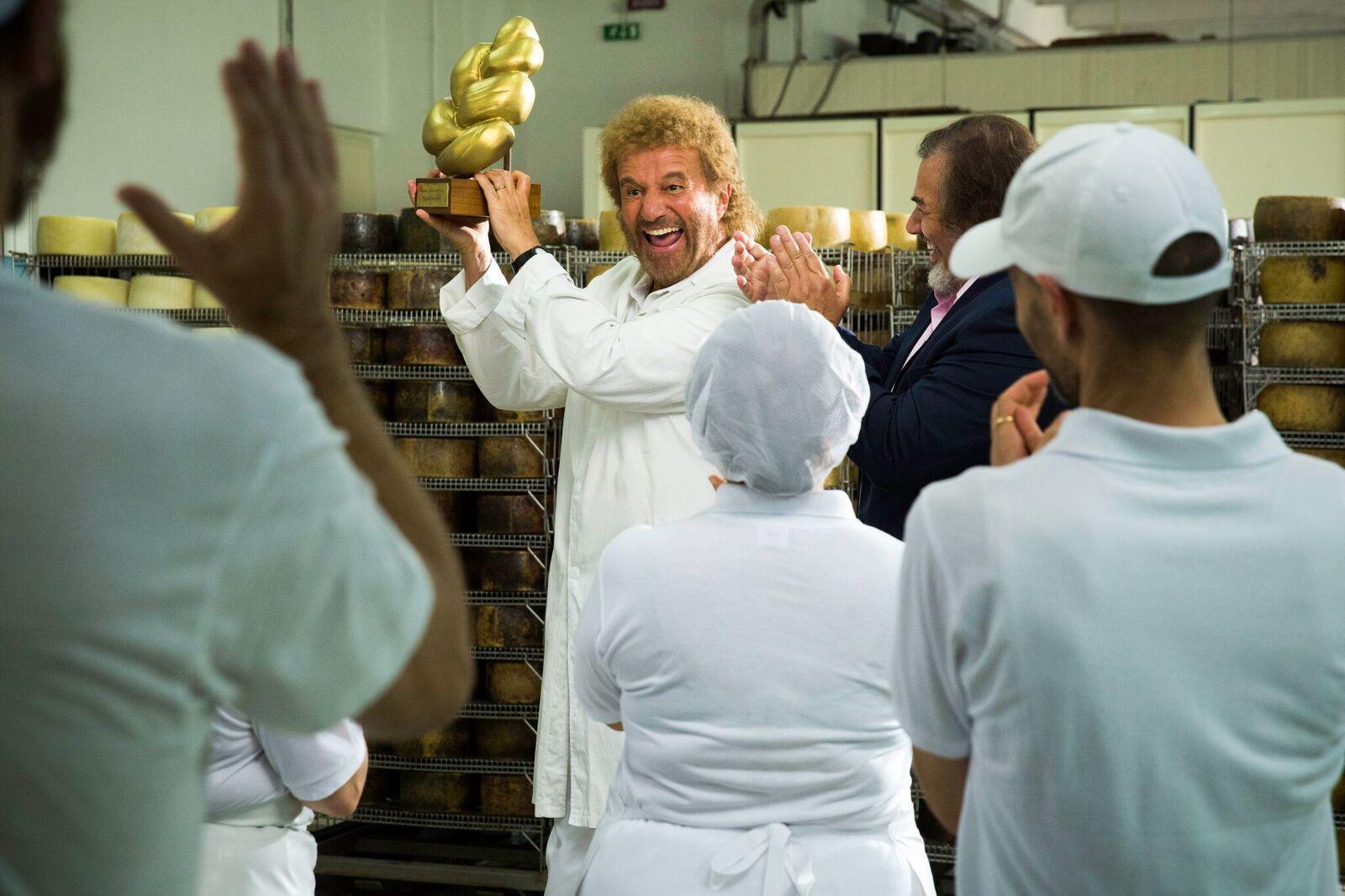 Poveri ma ricchi: Christian De Sica in una foto esclusiva della commedia natalizia