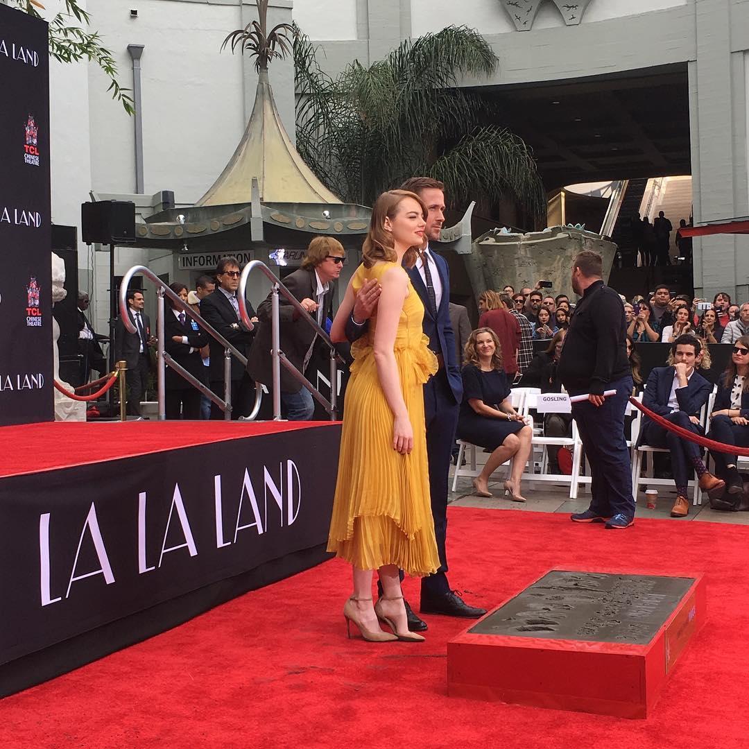 Emma Stone e Ryan Gosling durante la cerimonia al TLC Chinese Theatre
