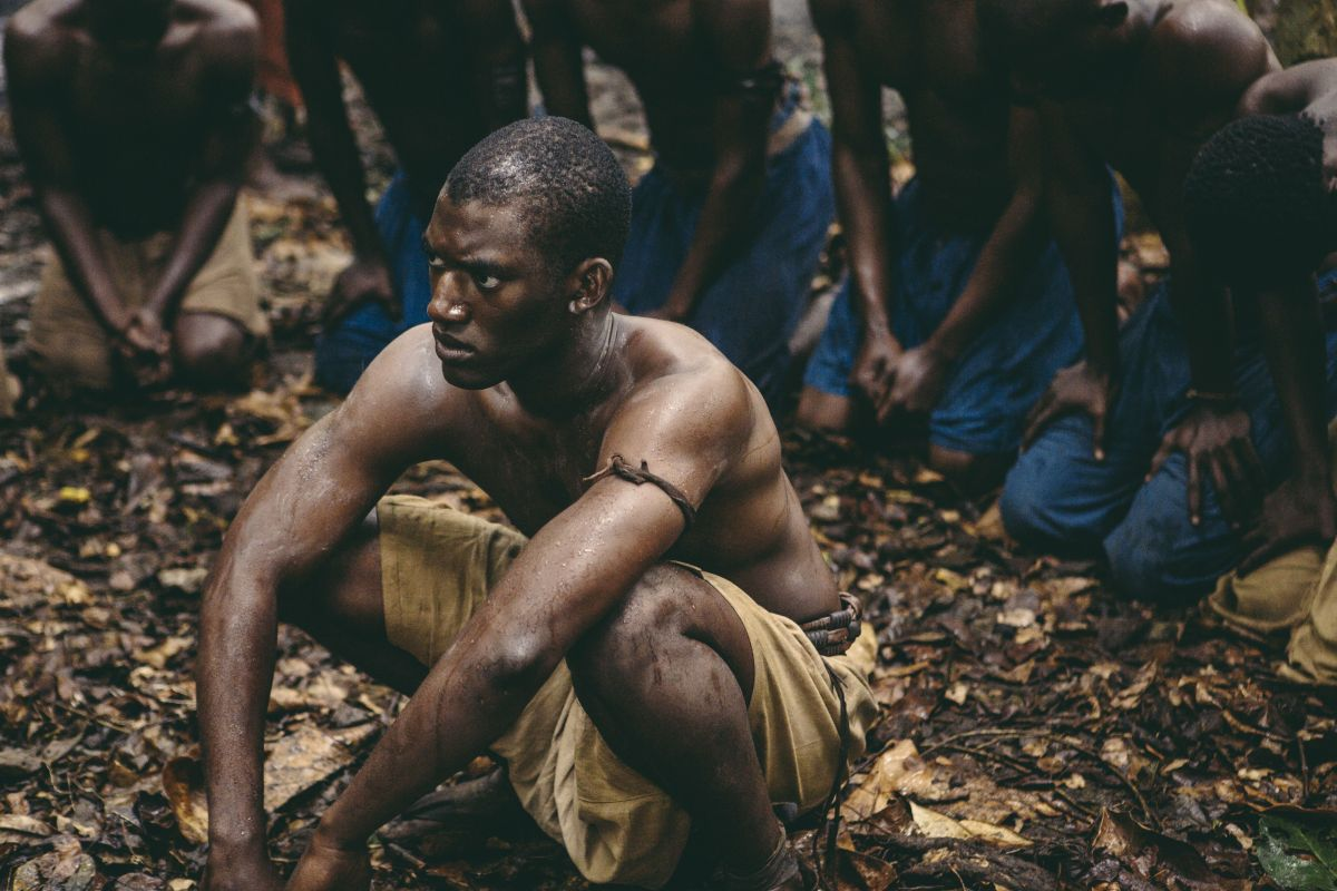 Roots, Malachi Kirby in una scena