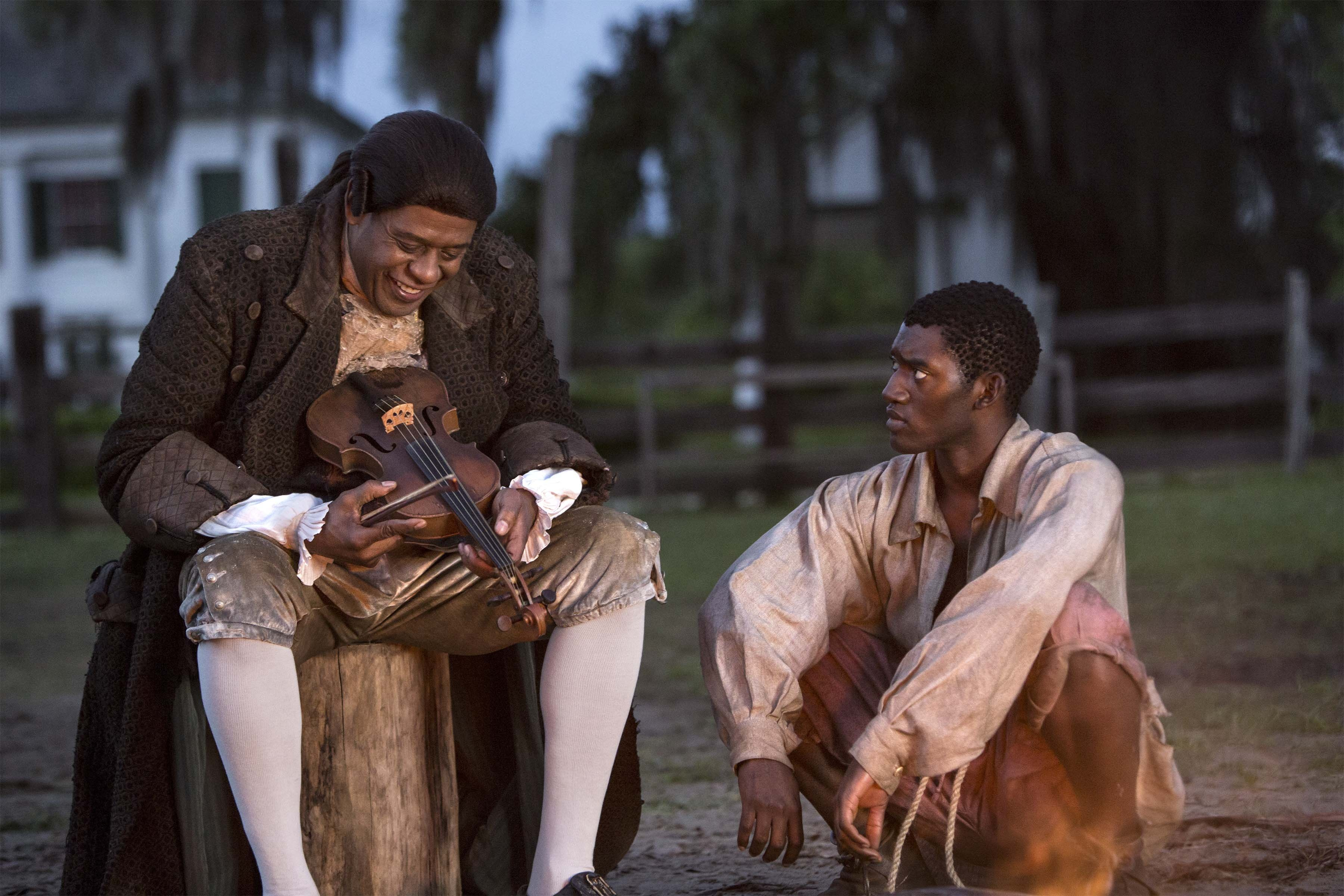 Forest Whitaker e Malachi Kirby in Roots