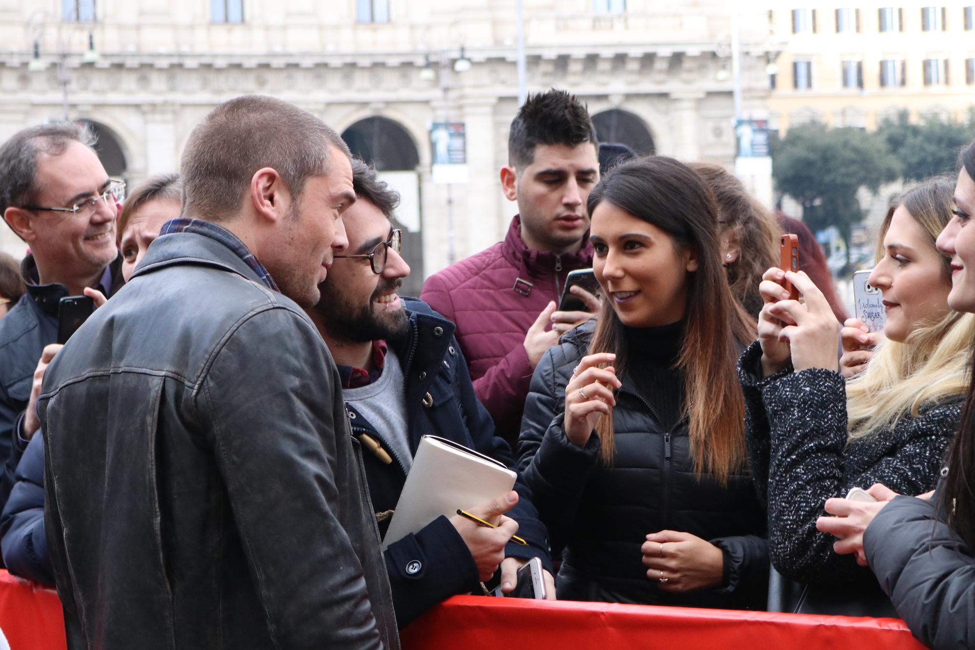 Roma Fiction Fest 2016: Charlie Weber firma autografi sul red carpet di Shondaland