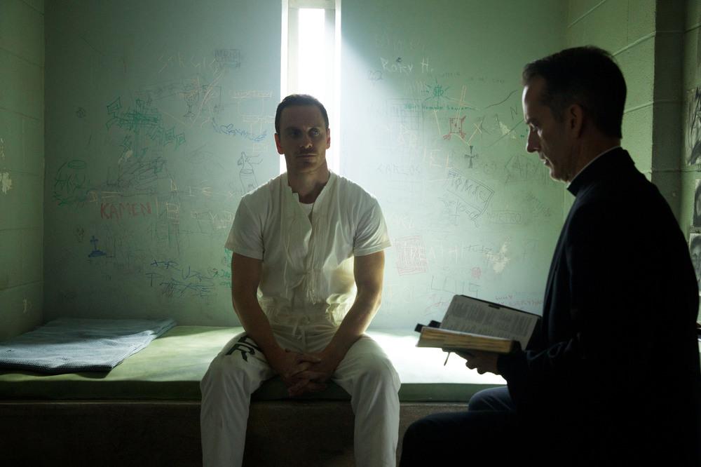 Assassin's Creed: Michael Fassbender a colloquio con un prete