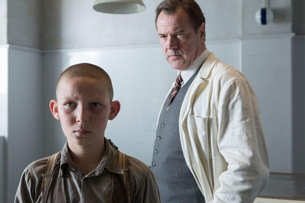 Nebbia in agosto: Ivo Pietzcker e Sebastian Koch in una scena del film