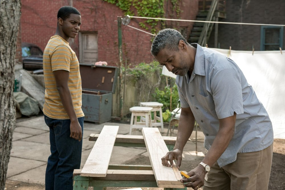 Barriere: Denzel Washington e Jovan Adepo in una scena del film