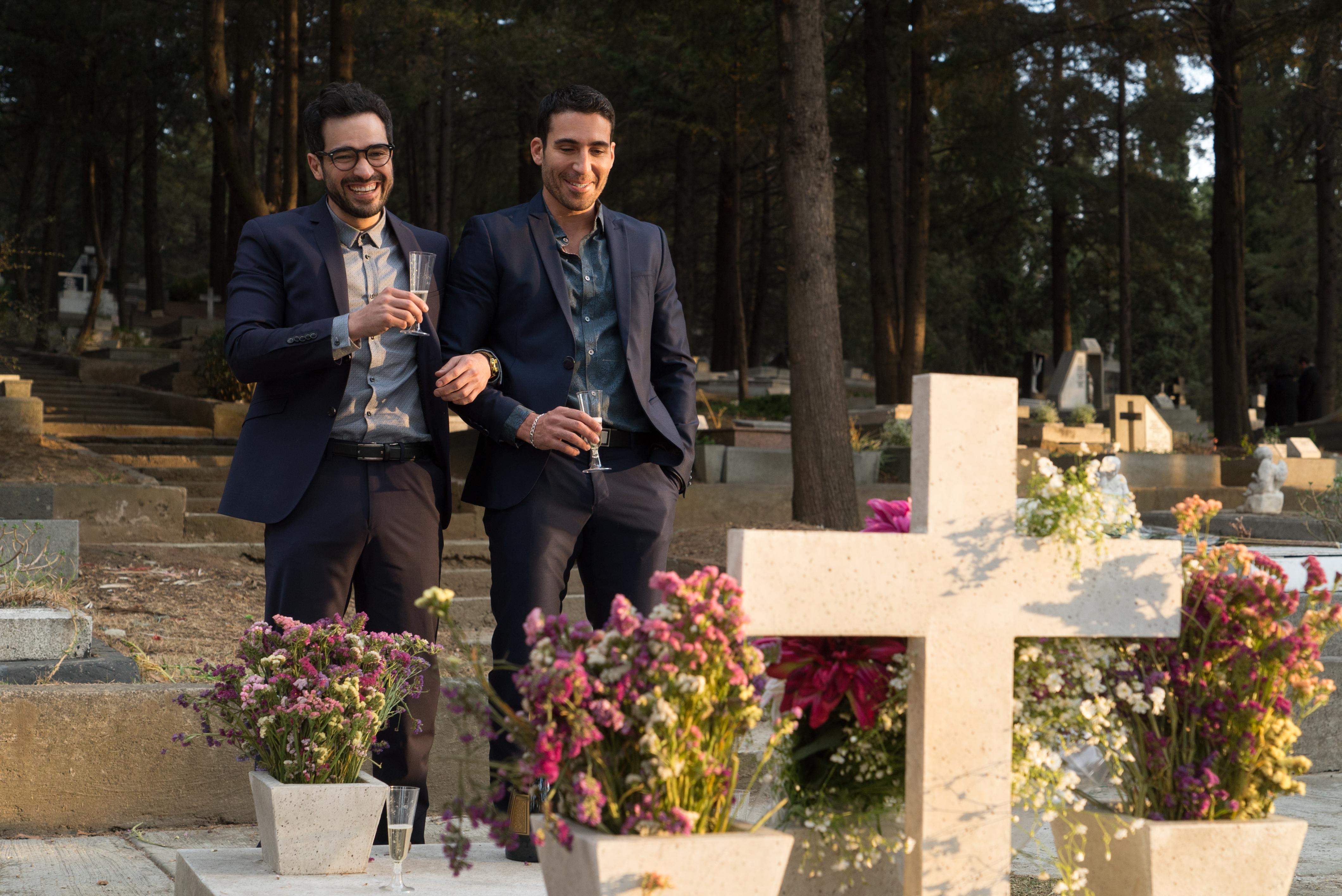 Sense8: gli attori Miguel Ángel Silvestre e Alfonso Herrera nello speciale di Natale