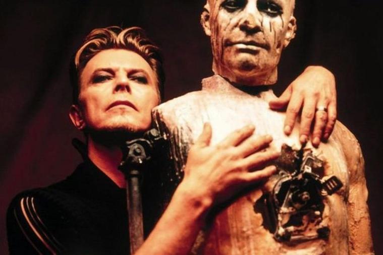 David Bowie nella performance di Heart's Filthy Lesson