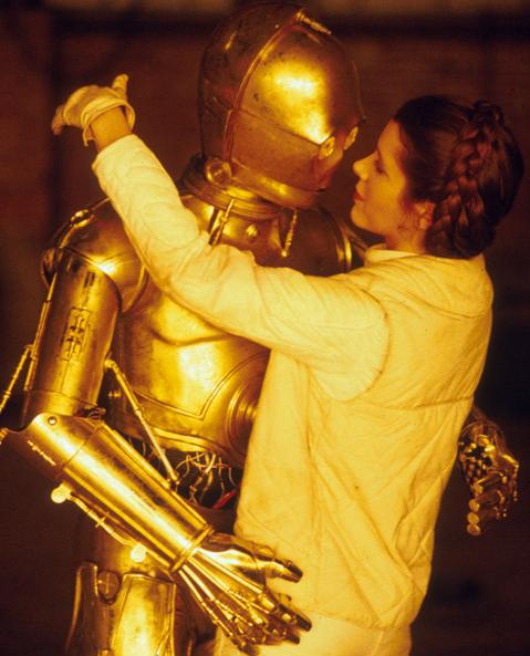 Guerre stellari: Carrie Fisher abbraccia C-3PO