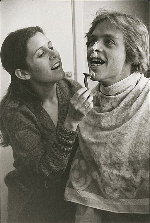 Guerre stellari: Carrie Fisher fa la barba a Mark Hamill sul set