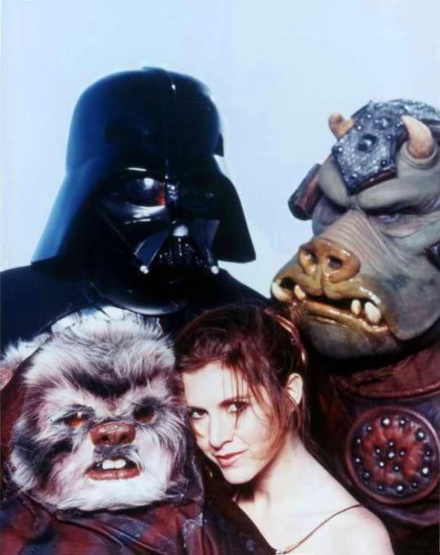 Guerre Stellari: Carrie Fisher circondata dai personaggi della saga