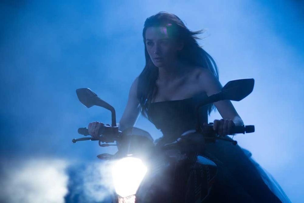 Fallen: Addison Timlin in moto in una scena del film