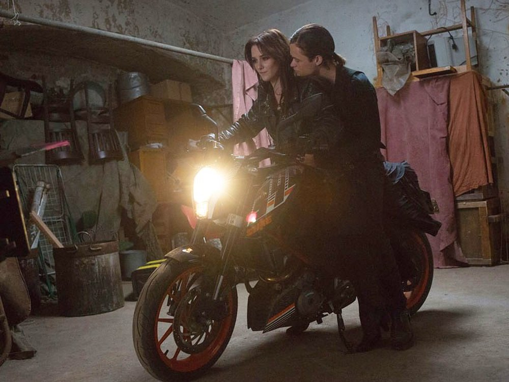 Fallen: Addison Timlin e Harrison Gilbertson in un momento del film