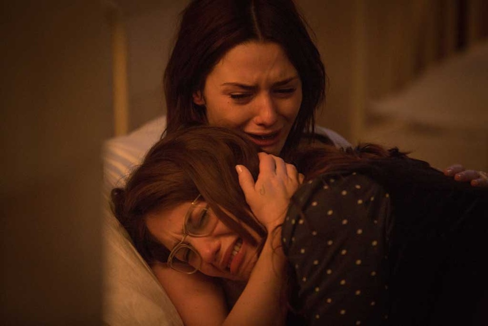 Fallen: Addison Timlin e Lola Kirke in una scena del film