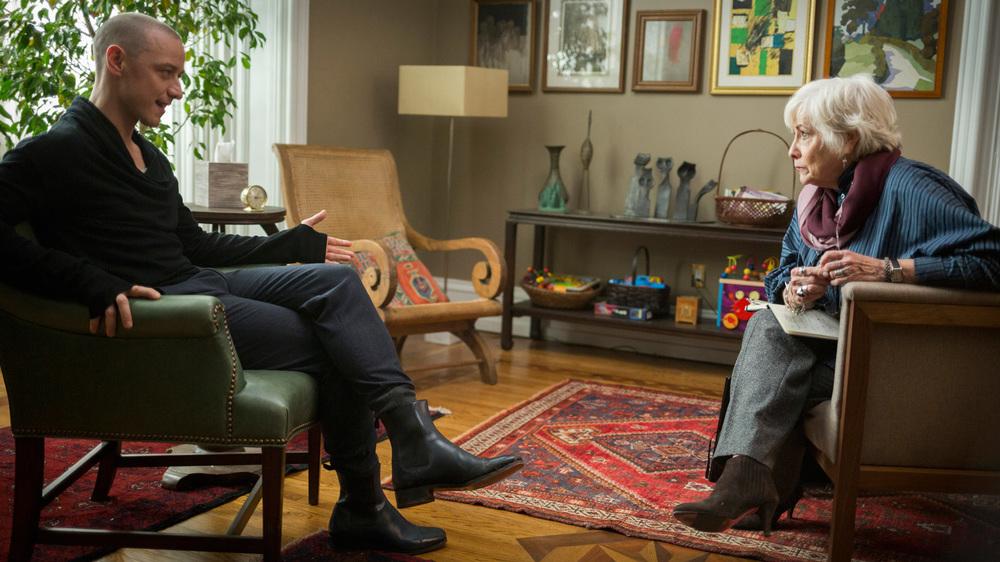 Split: James McAvoy e Betty Buckley in una scena del film