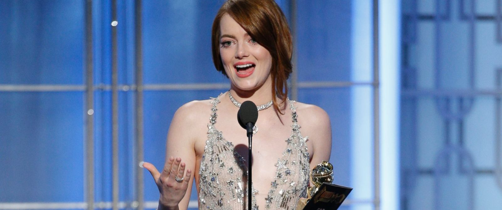 Emma Stone premiata sul palco dei Golden Globes 2017