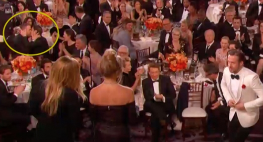 Golden Globes 2017: mentre Ryan Gosling sale sul palco i colleghi Ryan Reyolds e Andrew Garfield si baciano