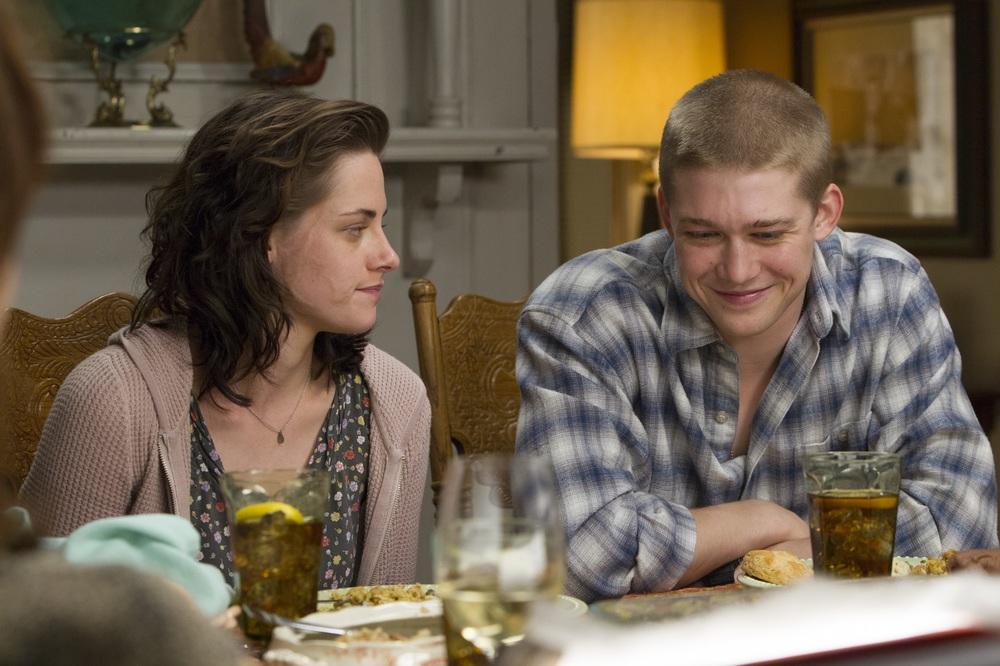 Billy Lynn - Un giorno da eroe: Joe Alwyn e Kristen Stewart in una scena del film
