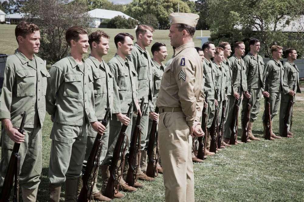 La battaglia di Hacksaw Ridge: Vince Vaughn e Andrew Garfield in una scena di gruppo del film