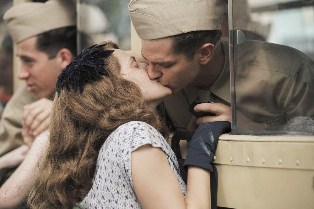 La battaglia di Hacksaw Ridge: Teresa Palmer e Andrew Garfield si baciano in una scena del film