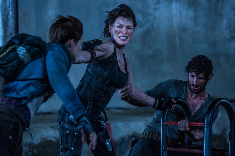 Resident Evil - The Final Chapter: Ruby Rose, Eoin Macken e Milla Jovovich in una scena del film