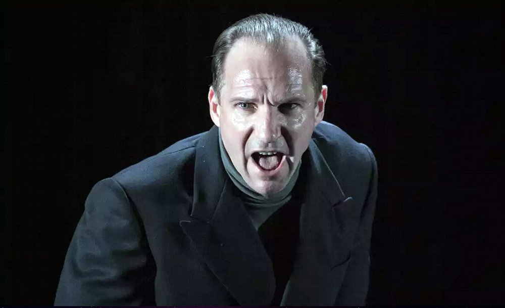 Almeida Theatre Live - Riccardo III: un'inquadratura ravvicinata di Ralph Fiennes sul palco