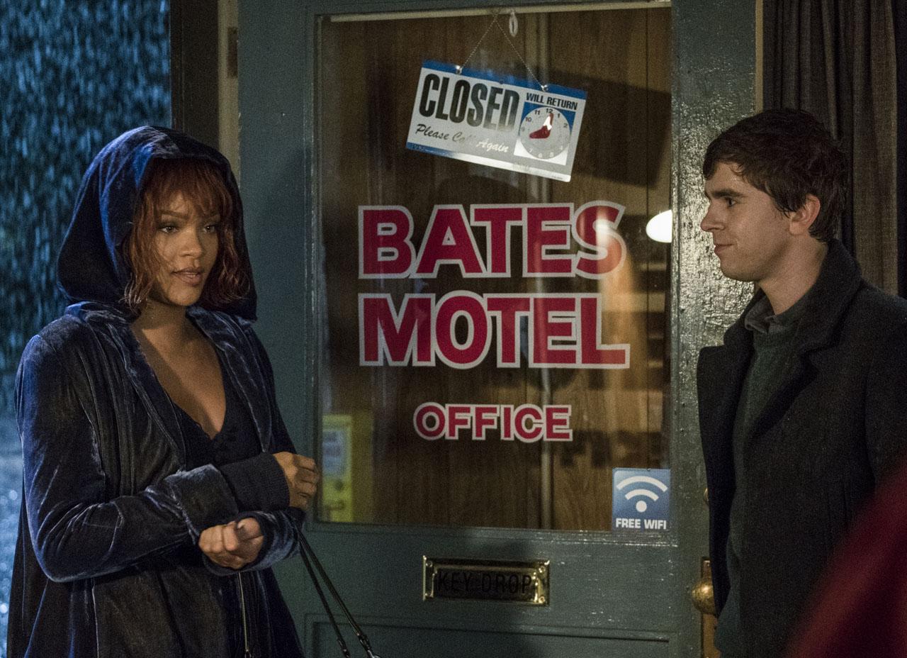 Bates Motel: Rihanna e Freddie Highmore in una foto della quinta stagione