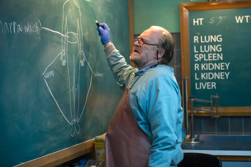 Autopsy: Brian Cox in una scena del film
