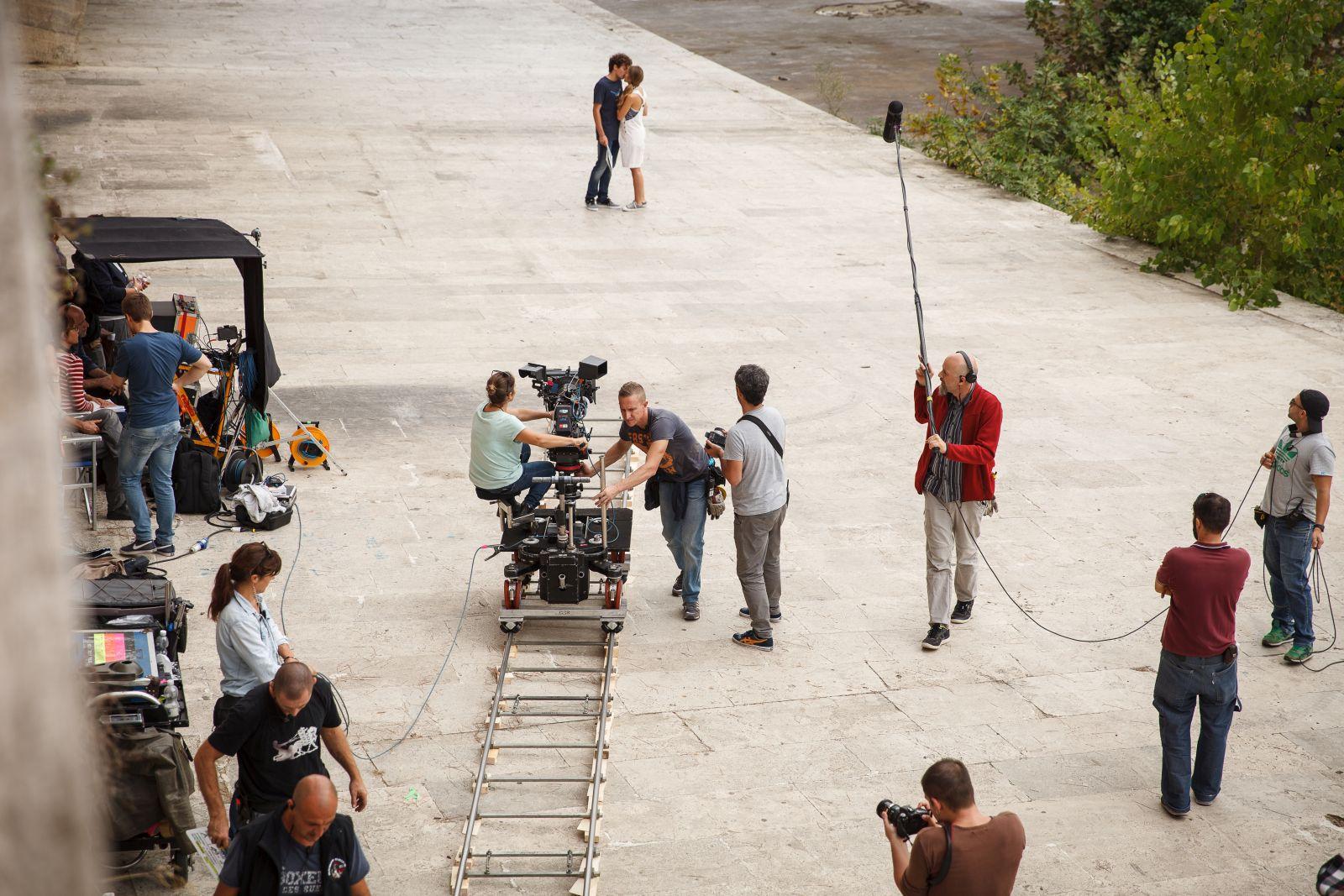 Esclusiva: Slam - Tutto per una ragazza, Barbara Ramella e Ludovico Tersigni si baciano in un'immagine dal set