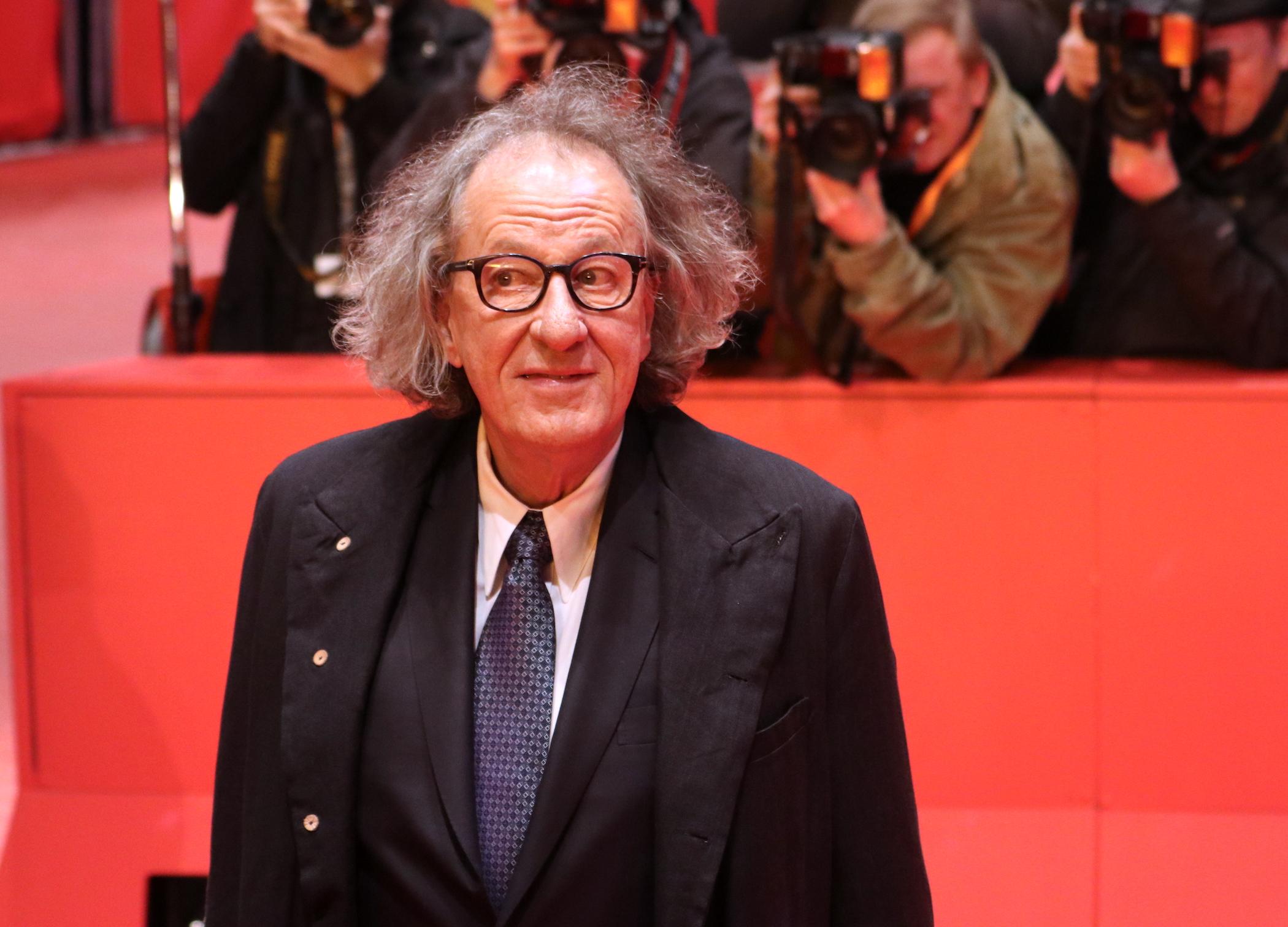 Berlino 2017: uno scatto di Geoffrey Rush sul red carpet di Final Portrait