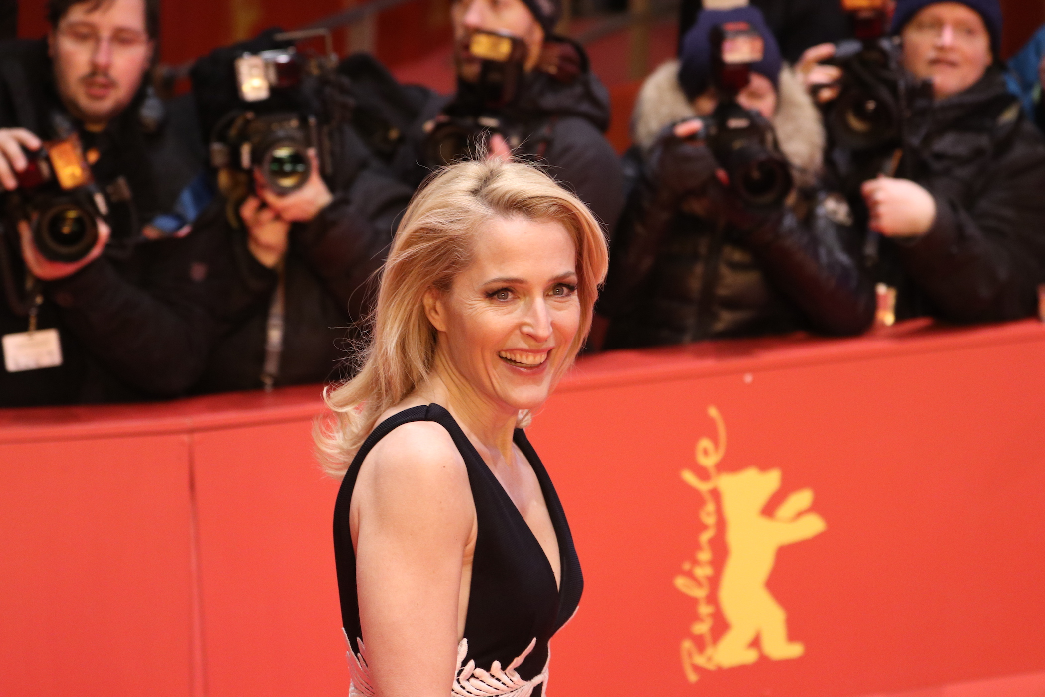Berlino 2017: Gillian Anderson sorridente sul red carpet di Viceroy's House