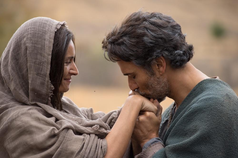 Piena di grazia: Bahia Haifi e Noam Jenkins in una scena del film