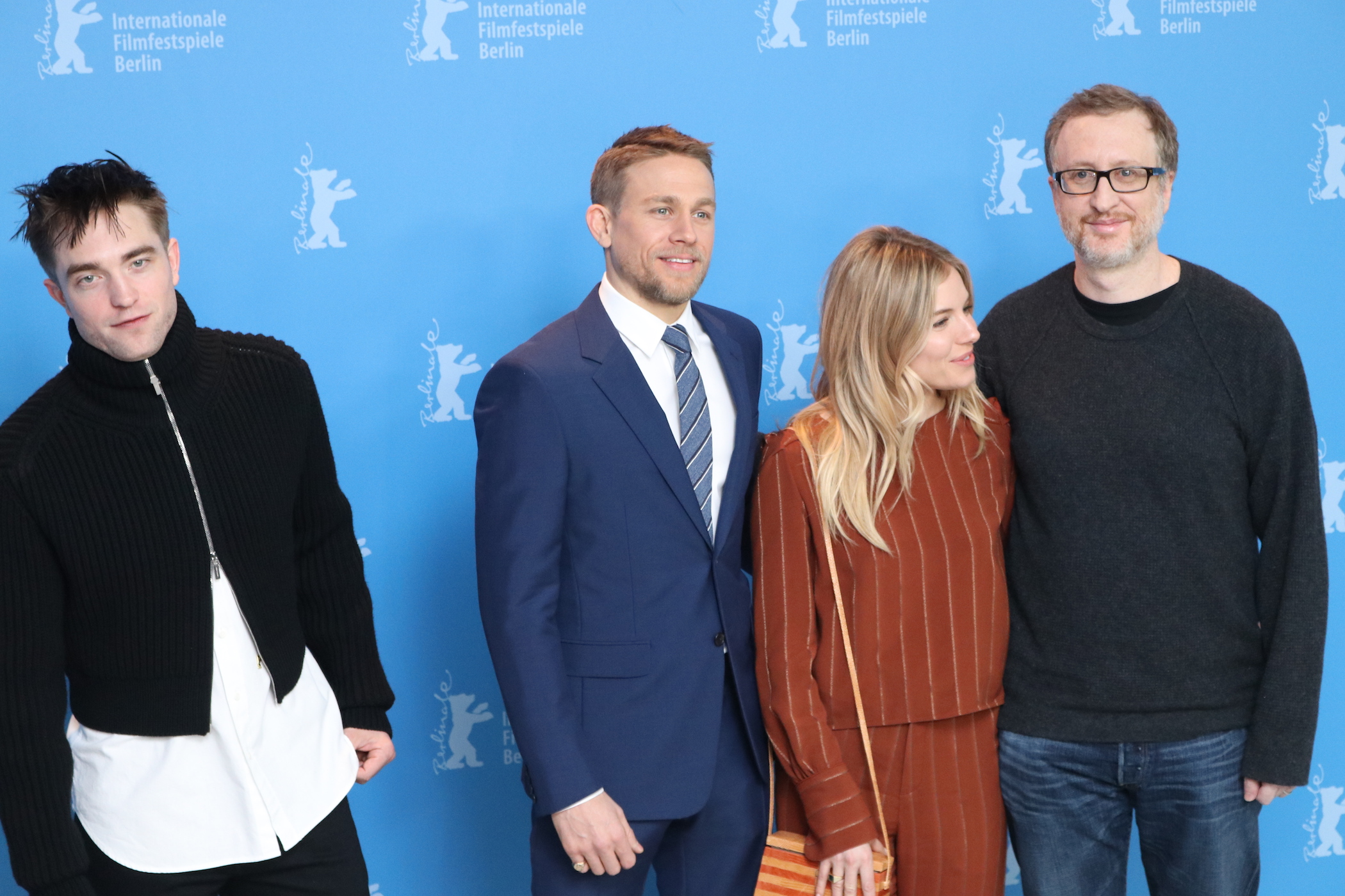 Berlino 2017: Robert Pattinson, Sienna Miller Charlie Hunnam e James Gray al photocall di Z - la città perduta