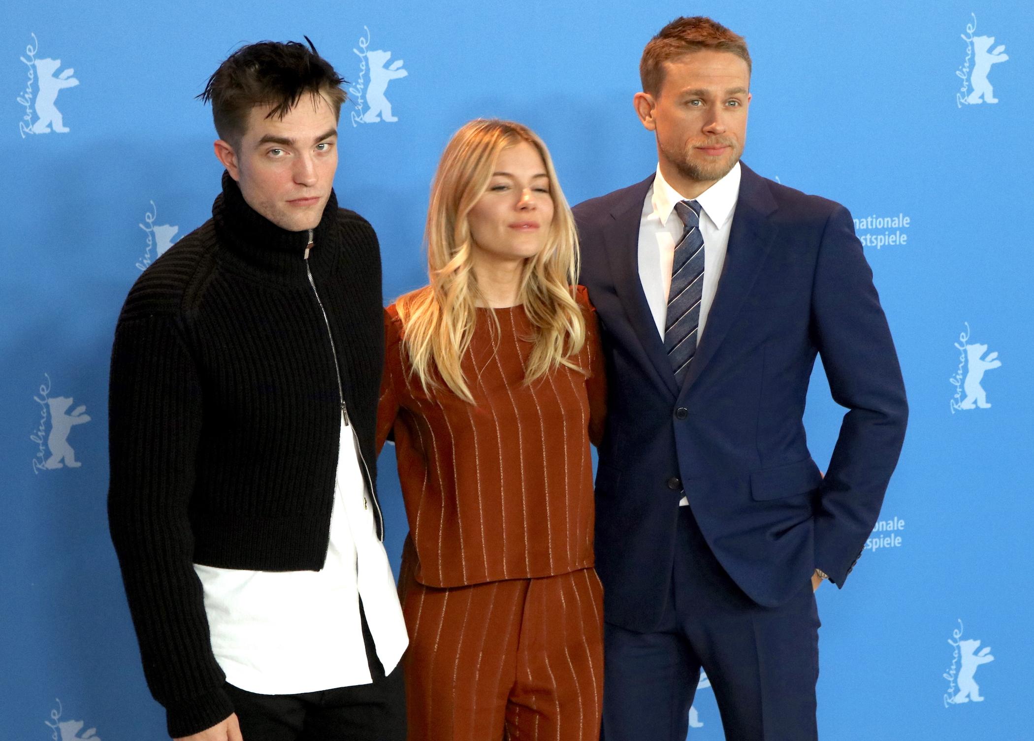 Berlino 2017: uno scatto di Robert Pattinson, Sienna Miller e Charlie Hunnam al photocall di Z - la città perduta